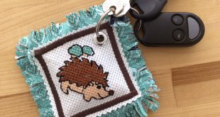 Las mejores manualidades para bloggers 2015: Hedgehog Cross Stitch Pattern Keychain + Giveaway
